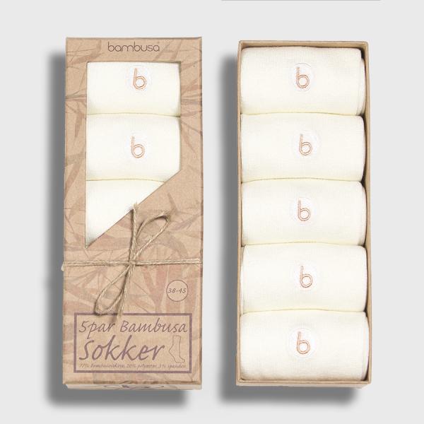 5 par hvite dressokker fra Bambusa i innpakning